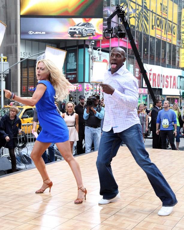 Нью-Йорк, США, 23 мая. Танцовщица Пета Мергатройд и звезда футбола Дональд Драйвер выступают в шоу «Танцы со звёздами» на Таймс-сквер. Фото: Taylor Hill/Getty Images