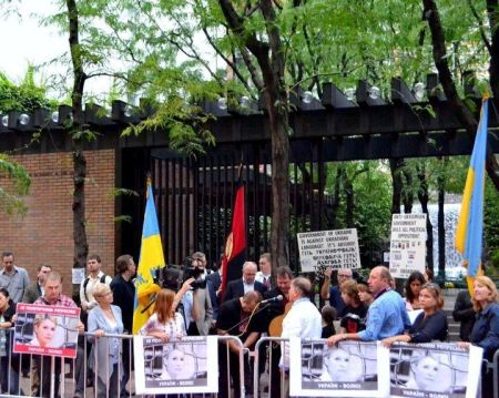 Українська діаспора привітала Януковича Америці акцією протесту. Фото: pravda.com.ua
