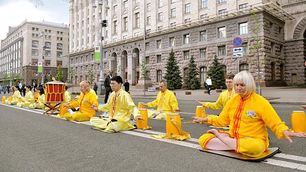 Послідовники Фалуньгун виконують вправи цигун і медитацію під час акції на Хрещатику 14 травня 2011. Фото: The Epoch Times Україна