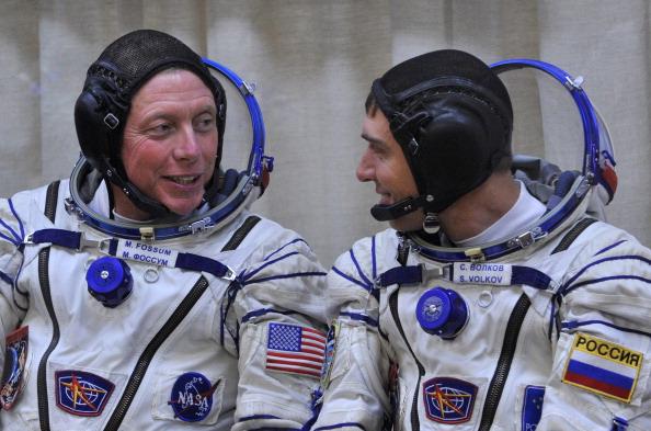 Майкл Фоссум (слева) и Сергей Волков. Фото: VYACHESLAV OSELEDKO/AFP/Getty Images
