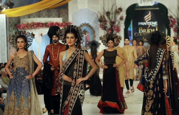 Останні тенденції пакистанської весільної моди. Фото: Arif Ali/AFP/GettyImages