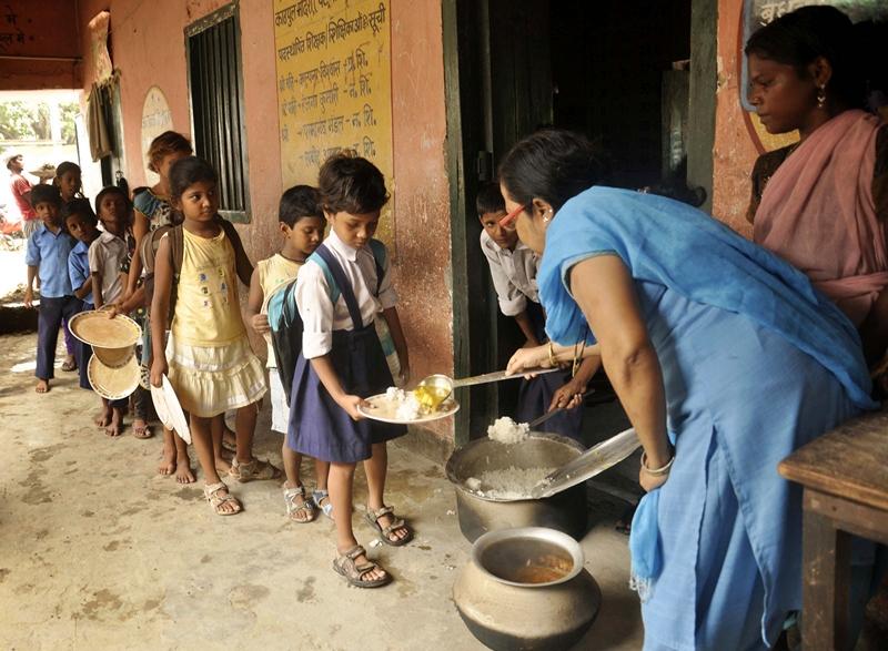 Патна, штат Біхар, Індія, 18 липня. Школярі вишикувалися в чергу за безкоштовним обідом. В одній з початкових шкіл неякісні продукти стали причиною смерті 23 учнів. Фото: STRDEL/AFP/Getty Images