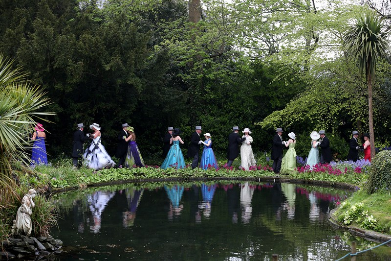 Хелстон, Англія, 8 травня. Танцями і веселощами на Дні флори містяни відзначають завершення зими і прихід весни. Фото: Matt Cardy/Getty Images