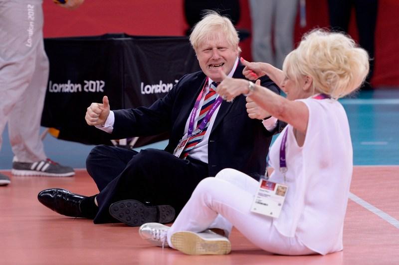 Лондон, Англия, 31 августа. Паралимпийские игры 2012. Мэр Борис Джонсон и актриса Барбара Виндзор осваивают тонкости сидячего волейбола. Фото: Dennis Grombkowski/Getty Images