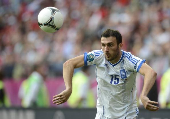 Грецький захисник Василіс Торосідіс приймає м'яч під час матчу Греції проти Чехії 12 червня 2012 року у Вроцлаві. Фото: ODD Andersen/AFP/Getty Images