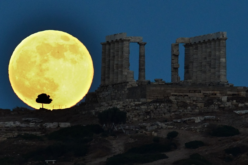 Храм Посейдона біля Афін, Греція, 23 червня. Приближення Місяця на мінімальну відстань до Землі подарувало можливість помилуватися суперповнолунням. Місяць сяяв на 30% яскравіше і був на 14% більшим, ніж зазвичай. Фото: ARIS MESSINIS/AFP/Getty Images