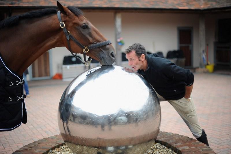 Гилфорд, Англия, 18 июля. Новозеландский спортсмен-конник Марк Тодд утоляет жажду из фонтана вместе со своей лошадью по кличке «Грасс Вэлли». Фото: Christopher Lee/Getty Images