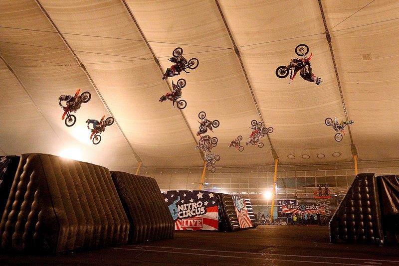 Лондон, Великобритания, 28 февраля. Трюкачи из «Nitro Circus» вошли в Книгу рекордов Гиннеса, одновременно совершив обратное сальто на 18 мотоциклах. Фото: Clive Rose/Getty Images for Universal Pictures