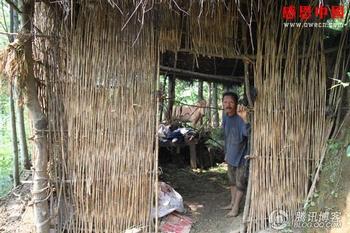 Чжу Шаоу в своём соломенном доме-навесе. Фото: Чжан Жэньцзе