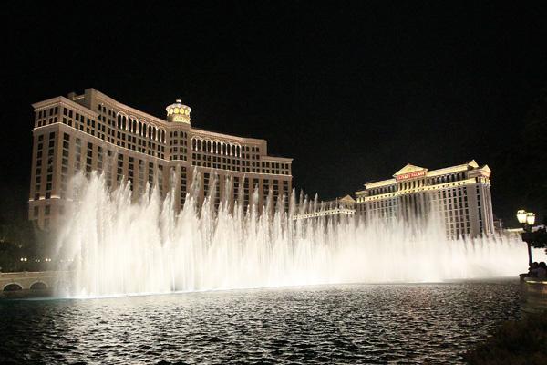 Фонтаны у отеля Белладжио называют одним из лучших бесплатных аттракционов Лас-Вегаса. Фото: Bruce Bennett/Getty Images