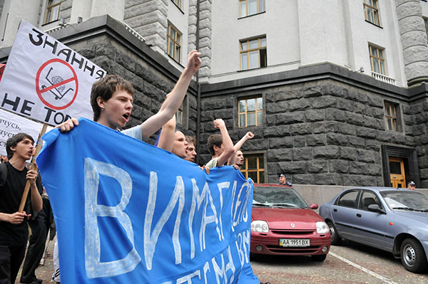 Студенты возле КМУ во время акции протеста против законопроекта «О высшем образовании» 25 мая в Киеве. Фото: Владимир Бородин/The Epoch Times