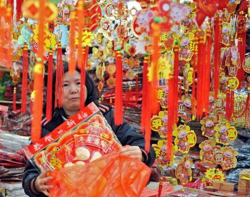 Пекин. Новогодние сувениры и украшения. 03.02.08. Фото: LAURENT FIEVET/AFP/Getty Images
