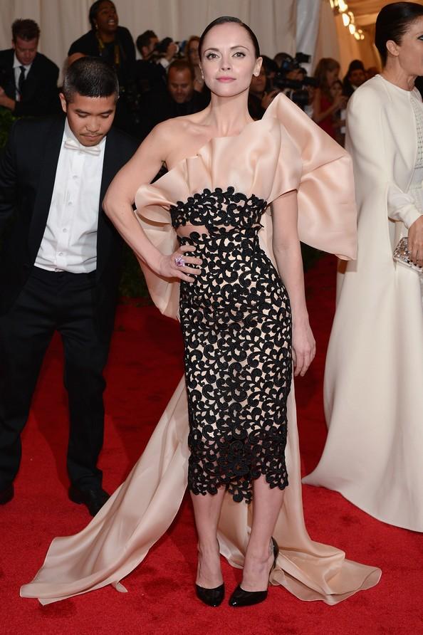Акторка Крістіна Річчі у сукні Thakoon. Фото: Dimitrios Kambouris/Getty Images