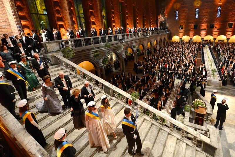 Стокгольм, Швеция, 10 декабря. Королевская семья и нобелевские лауреаты прибывают на торжественный банкет в городской ратуше, который проводится по традиции после вручения Нобелевских премий. Фото: JONATHAN NACKSTRAND/AFP/Getty Images