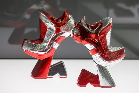 В Германии проходит выставка необычной обуви «Круто! Экспериментальный дизайн обуви» («Starker Auftritt. Experimentelles Schuhdesign»). Фото: Joern Haufe/Getty Images