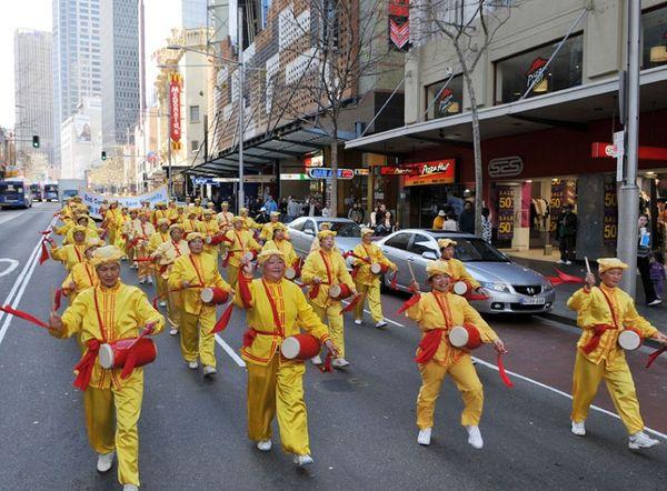 Колонна китайских барабанщиков. 27 июля. Сидней (Австралия). Фото: Ло Я/The Epoch Times