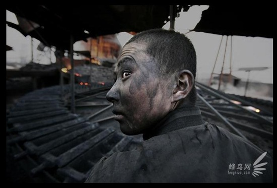 Через погані умови роботи більшість трудових мігрантів, які приїхали з бідних районів, через 1-2 роки захворюють на запилення легенів. 10 квітня 2005 р. Фото: Лу Гуан