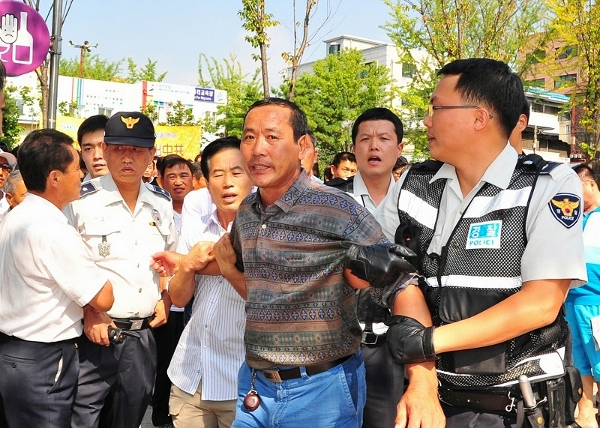 13 вересня 2009 г більше 100 китайців напали на учасників параду на підтримку тих, що вийшли з лав КПК, знищуючи устаткування і плакати, підготовлені для параду. Фото: Guohuan Jin/The Epoch Times