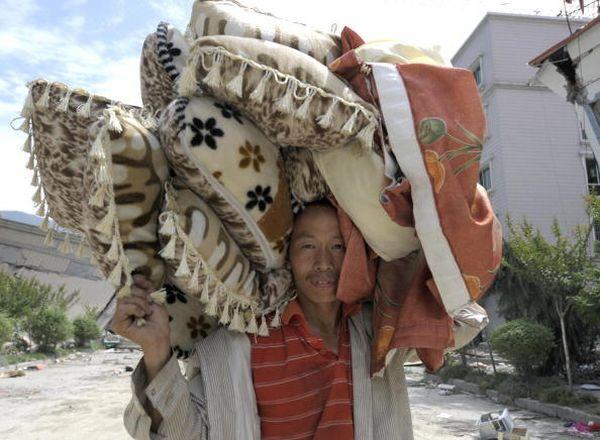 У жителей г.Бэйчуань остался последний день, чтобы забрать свои вещи из развалин домов. Фото: AFP