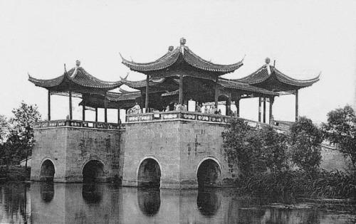 «Мост пяти куполов», построенный во время династии Цин в 1757 году. Также называется «Мост лотосов». 1936 г. Фото: Ernest H•Forster