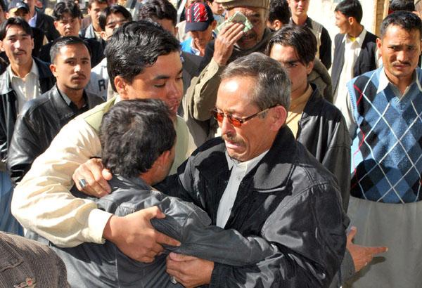 Пакистанцы оплакивают смерть родственников возле госпиталя в городе Квэте. Неизвестный начал стрелять в четверых человек, из которых - двоих убил, остальные серьёзно ранены. Фото: BANARAS KHAN/AFP/Getty Images