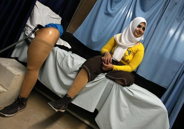 Палестинка потеряла свои ноги в результате боевых действий в секторе Газа в прошлом году. Теперь она передвигается с помощью протезов. Фото: MAHMUD HAMS/AFP/Getty Images