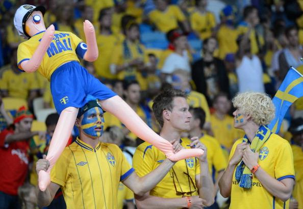 Шведські вболівальники дивляться футбольний матч Англії проти Швеції 15 червня 2012 року у Києві. Фото: Damien Meyer/AFP/Getty Images