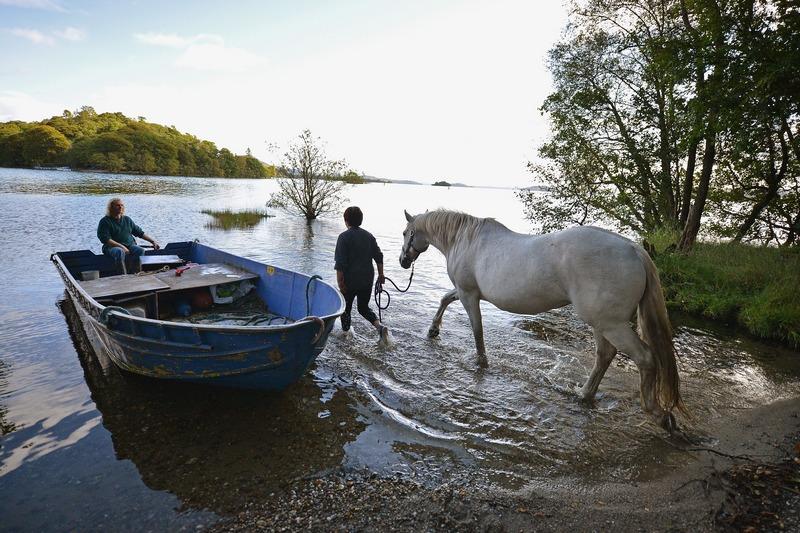 Люсс, Шотландия, 19 сентября. Сьюзан Гелл и Рой Роджерс тренируют свою лошадь по имени Шошони на озере Лох-Ломонд. Фото: Jeff J Mitchell/Getty Images