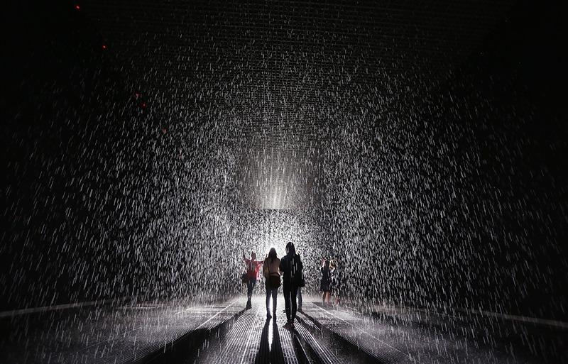 Нью-Йорк, США, 15 травня. У музеї сучасного мистецтва відкрилася інсталяція «Кімната дощу». Відвідувачі можуть милуватися потоками води, залишаючись при цьому сухими. Фото: Mario Tama/Getty Images