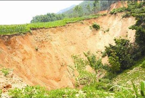 Провал в городе Лайбин Гуанси-Чжуанского автономного района. Июнь 2010 год. Фото с aboluowang.com