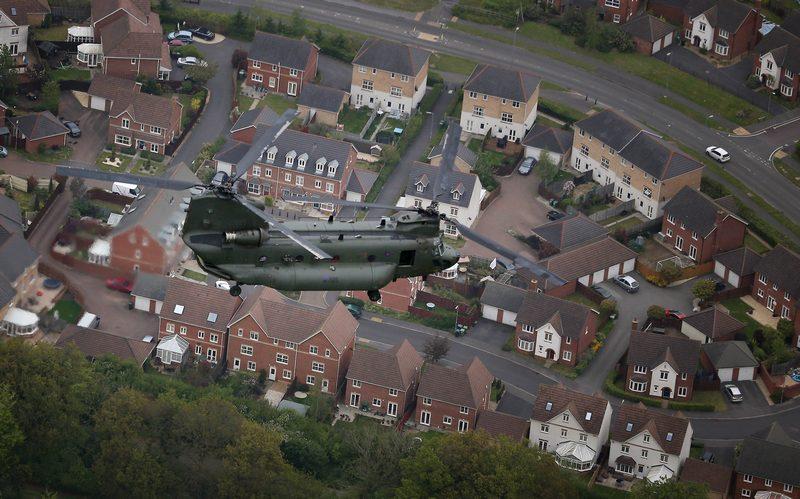 Альтон, Хемпшир, 18травня. Гелікоптер «Чинук» ВПС Великобританії літає над містом під час підготовки до параду на честь 60-річчя правління королеви Єлизавети II. Фото: Peter Macdiarmid/Getty Images