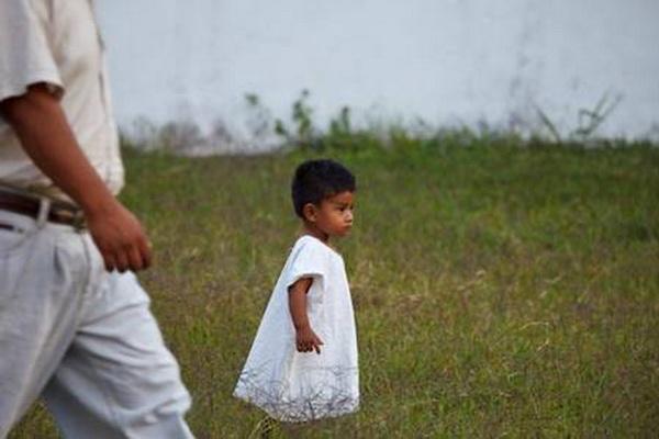 Дитина в традиційній лляній одежі. Фото: Jutta Ulmer