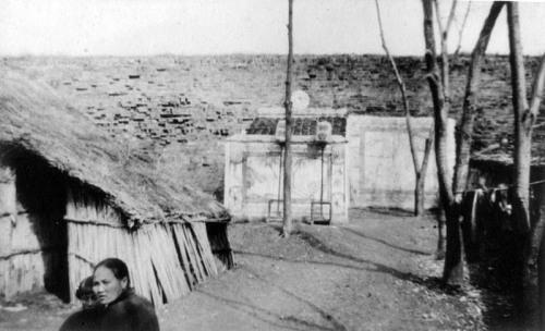 Маленький храм возле городской стены. 1937 г. Фото: Ernest H•Forster