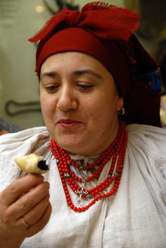 Гостей на вечернице Варвары угощали варениками с маком. Фото: Владимир Бородин/Великая Эпоха