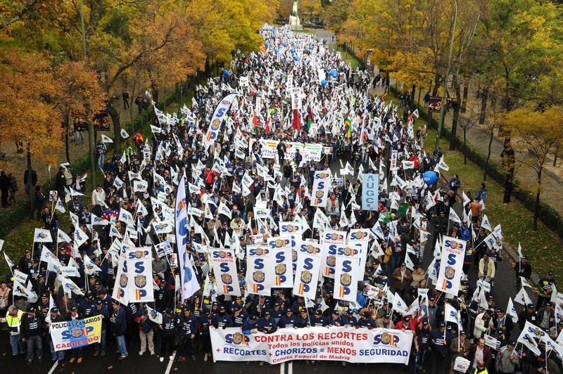 Мадрид, Испания, 17 ноября. Офицеры полиции устроили демонстрацию перед зданием правительства, так как их не устраивают меры жёсткой экономии и урезания бюджетных расходов. Фото: DOMINIQUE FAGET/AFP/Getty Images