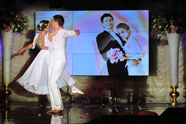 Конкурсантка с мужем танцуют во время конкурса Невеста года в Украине-2010Фото: Владимир Бородин/The Epoch Times Украина