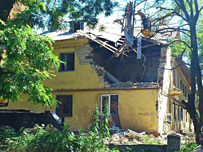 Разрушенный снарядом дом восстанавливают. Фото: Великая Эпоха