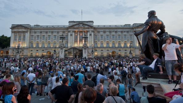 Люди собрались посмотреть на оглашение о рождении королевского ребёнка. Фото: WILL OLIVER/AFP/Getty Images