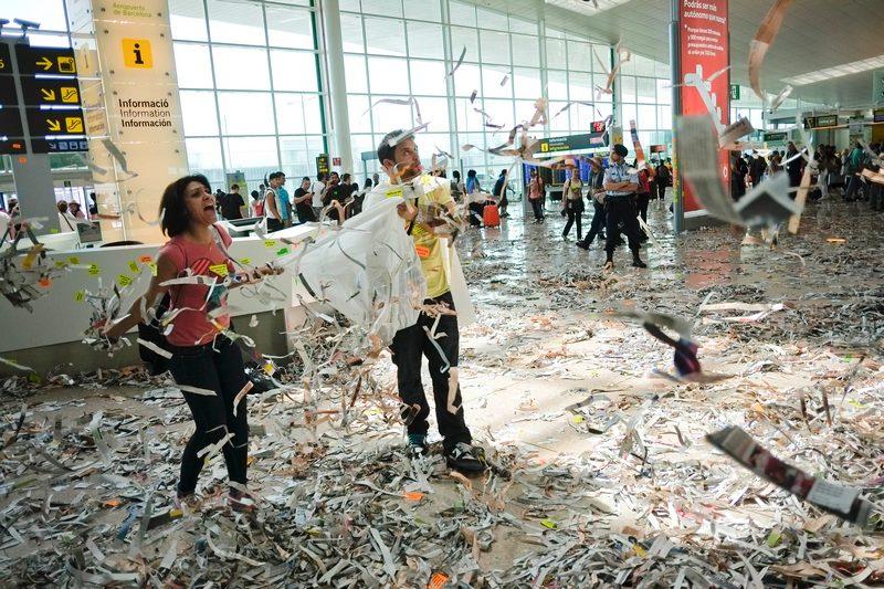 Барселона, Испания, 29 мая. Обслуживающий персонал международного аэропорта El Prat разбрасывает мусор в здании аэровокзала в знак протеста против сокращения бюджетных ассигнований. Фото: David Ramos/Getty Images