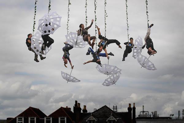 Повітряні танцюристи з Voloa проводять генеральну репетицію перед своїм виступом на прем'єрі Міжнародного фестивалю мистецтв 20 травня 2011 в Солсбері, Англія. Фото: Matt Cardy/Getty Images