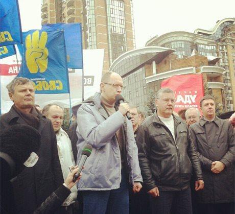 Опозиція розгорнула мітинг біля ЦВК. Фото: facebook.com/Batkivshchyna