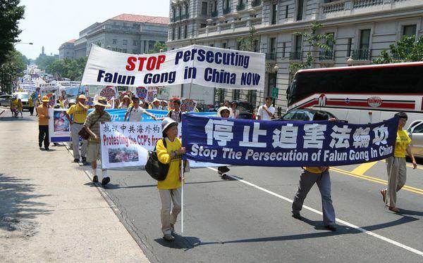 Надпись на плакате: «Остановить репрессии Фалуньгун». 18 июля. Вашингтон. Фото: Дай Бин