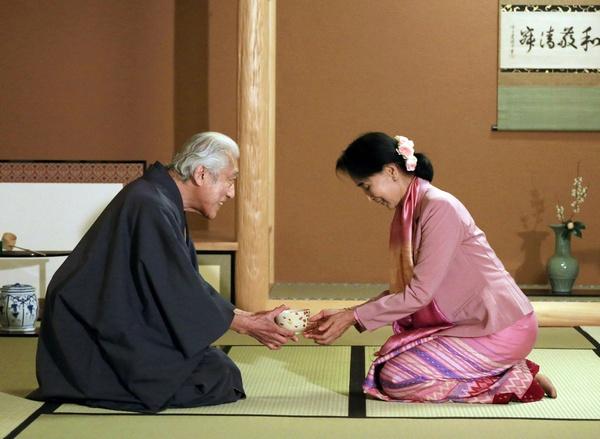 Відомо, що Японія славиться своїми чайними церемоніями, самі японці п'ють чай багато разів на день. Фото: STR/AFP/Getty Images