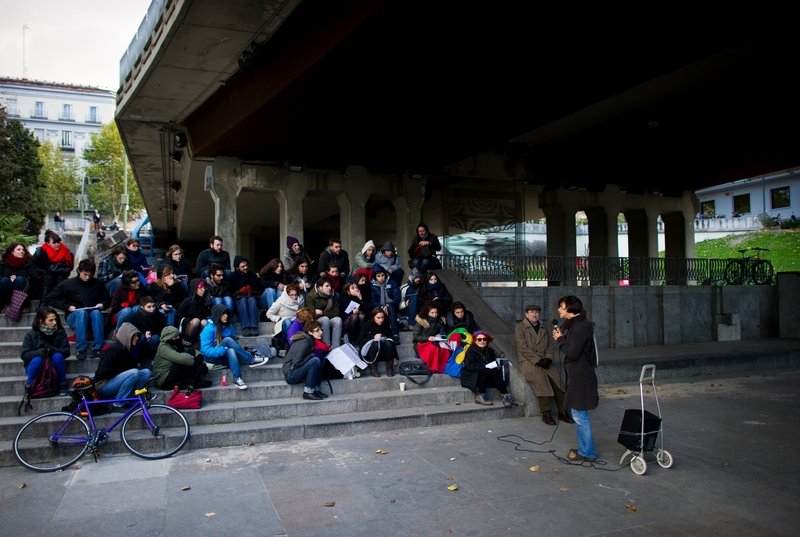 Мадрид, Испания, 28 ноября. Преподаватели крупнейшего учебного заведения Мадридского университета Комплутенсе проводят занятия вне стен здания в знак протеста против сокращения бюджетных ассигнований. Фото: Jasper Juinen/Getty Images