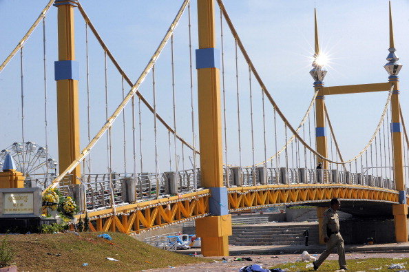 Тиснява сталася на мосту, що з'єднує Пномпень з Діамантовим островом через річку Меконг. Сотні скорботних камбоджійських сімей вийшли 24-25 листопада на траурну церемонію по загиблим рідним, а також висловити свій гнів з приводу неорганізованої безпеки на