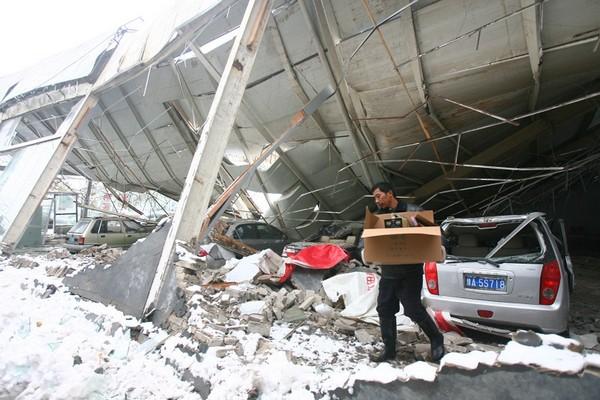 Не витримавши ваги снігового покриву, обвалилася стеля у виставковому павільйоні автомобілів. Місто Чженчжоу провінції Хенань. 12 листопада 2009 р. Фото з epochtimes.com