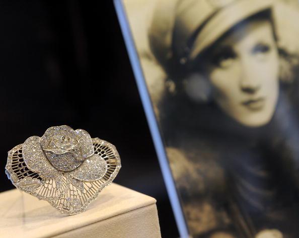 Платиново-алмазная роза из коллекции от Marlene Dietrich April приблизительно 1930 года на великолепной продаже драгоценностей в Нью-Йорке 20 апреля 2010 года. Фото: TIMOTHY A. CLARY/AFP/Getty Images