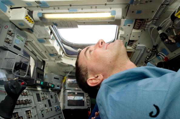 Астронавт Рекс Уолхейм смотрит в обзорный иллюминатора шаттла. Фото: NASA via Getty Images