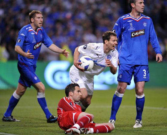 Константин Зырянов (центр) и Н.Александр (внизу) после второго гола. Фото: FRANCK FIFE/AFP/Getty Images