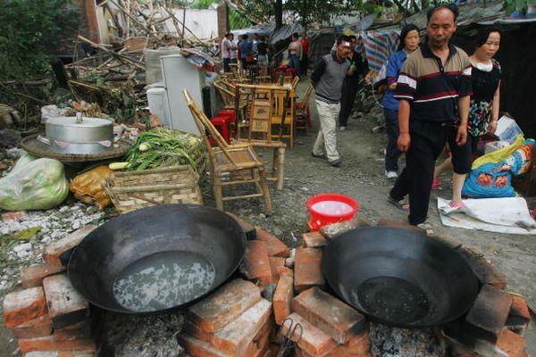 Некоторые жители пострадавших районов собирают имущество, которое могут увезти и переезжают в более безопасные районы. Фото: Feng Li/Getty Images